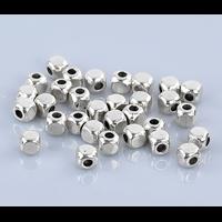 Lot de 26 Perles cubes en métal argenté 4mm