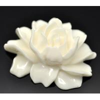 Joli cabochon fleur en résine couleur ivoire,beige 46x36mm