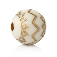Lot de 10 perles en acrylique blanc et dessin doré vieilli