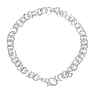 Un bracelet en métal argenté fermeture mousqueton