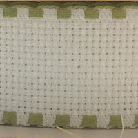 Galon aida coloris blanc avec feston vert olive 3 cm