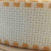 Galon aida coloris blanc avec feston ocre 3 cm