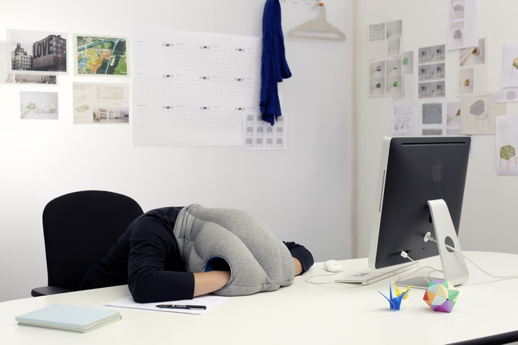 ostrichpillow le coussin pour les siestes au bureau. Black Bedroom Furniture Sets. Home Design Ideas