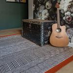 tapis de bureau design noir et bordure rouge
