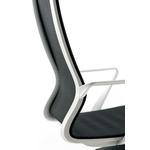 fauteuil de direction en résille noire gros plan