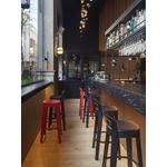 tabouret-haut-de-bar-noir-et-rouge-espace-de-cafétéria