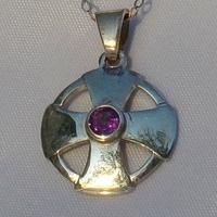 Pendentif Croix Celte en argent avec petite Améthyste sertie au milieu