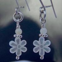 Boucles d'oreilles nacre blanc forme de fleur monture argent massif