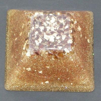 394-orgonite-pyramide-inca-doree