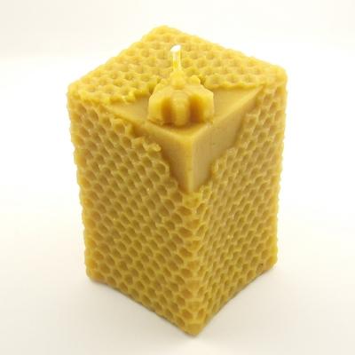 Bougie-Carrée-avec-abeille