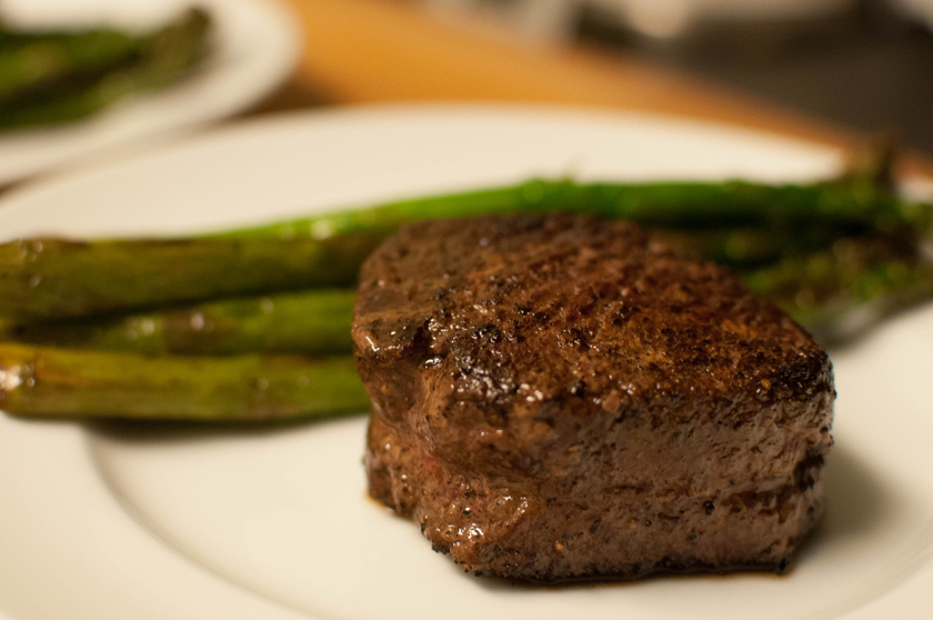 Filet_Mignon_with_Asparagus_Spears