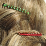 Peignes et perles rouges ou vertes