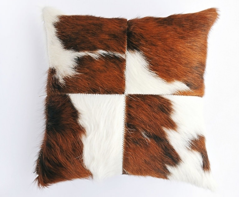 coussin patchwork en peau de vache en carr de 40cm x 40cm marron et blanc poils longs. Black Bedroom Furniture Sets. Home Design Ideas