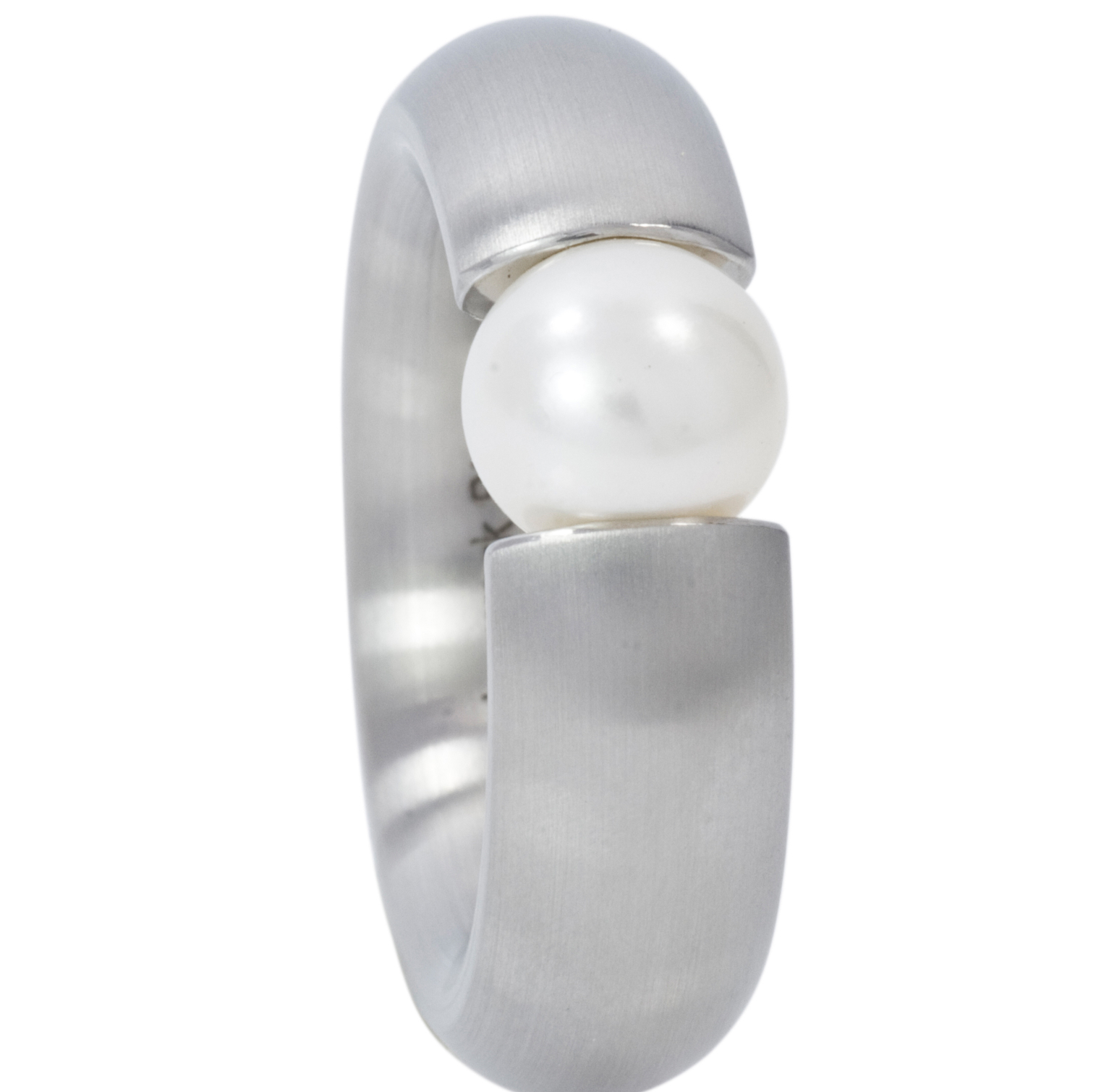 Staineless steel ring with white 7 mm round fresh water pearl