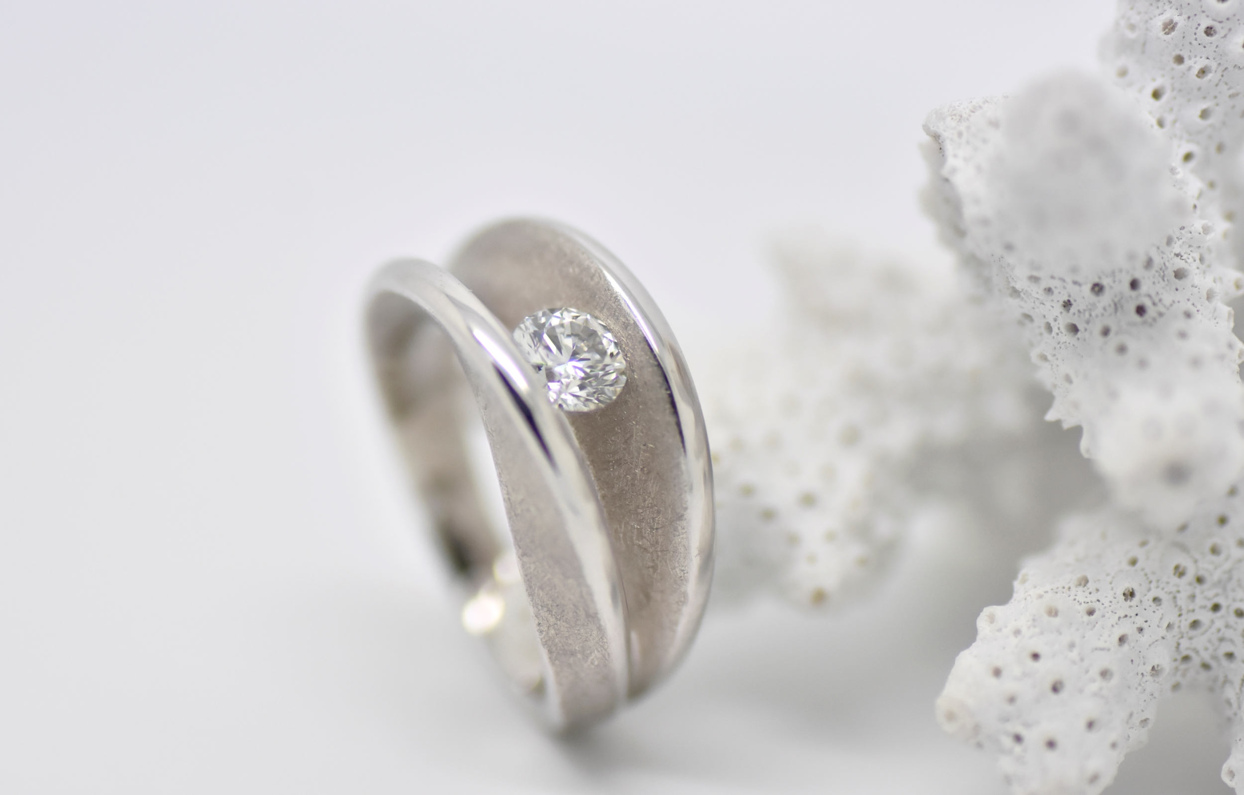 KISS white gold ring set with 1 solitaire diamond