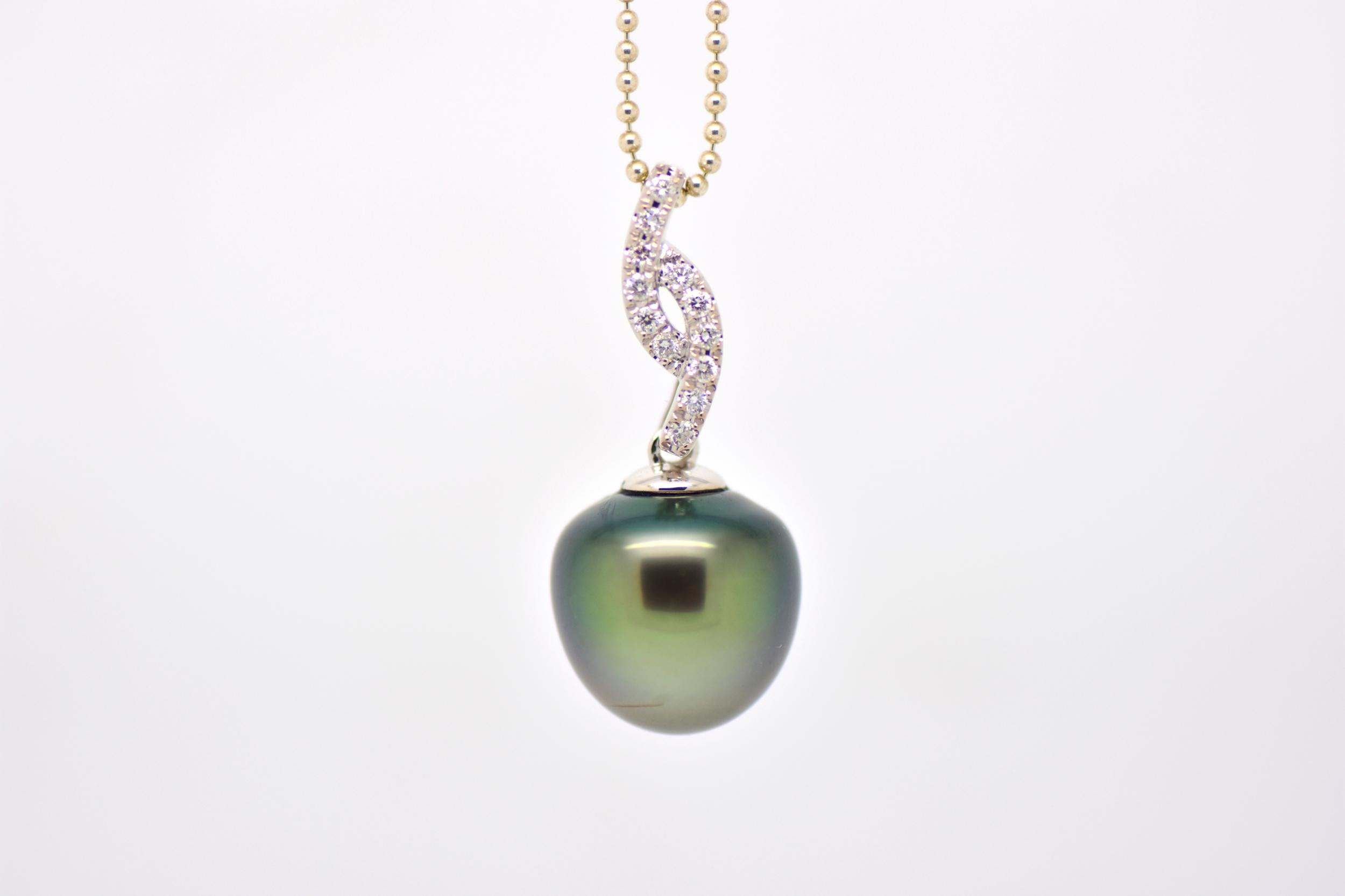 White gold diamond pendant with Tahiti pearl bright waves