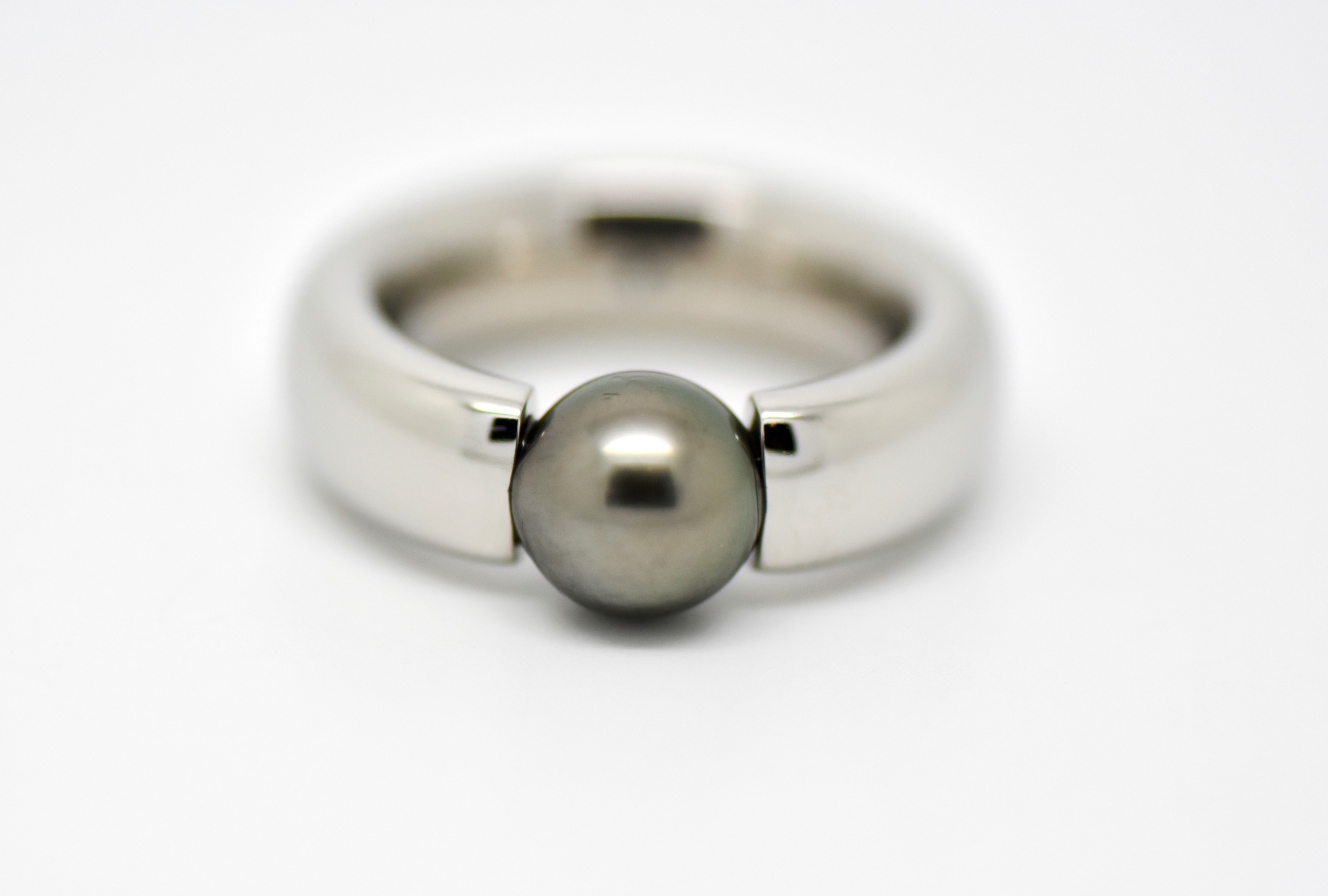 BEAD Tension ring made of polished hypoallergenic steel with a 8 mm round Tahiti pearl
