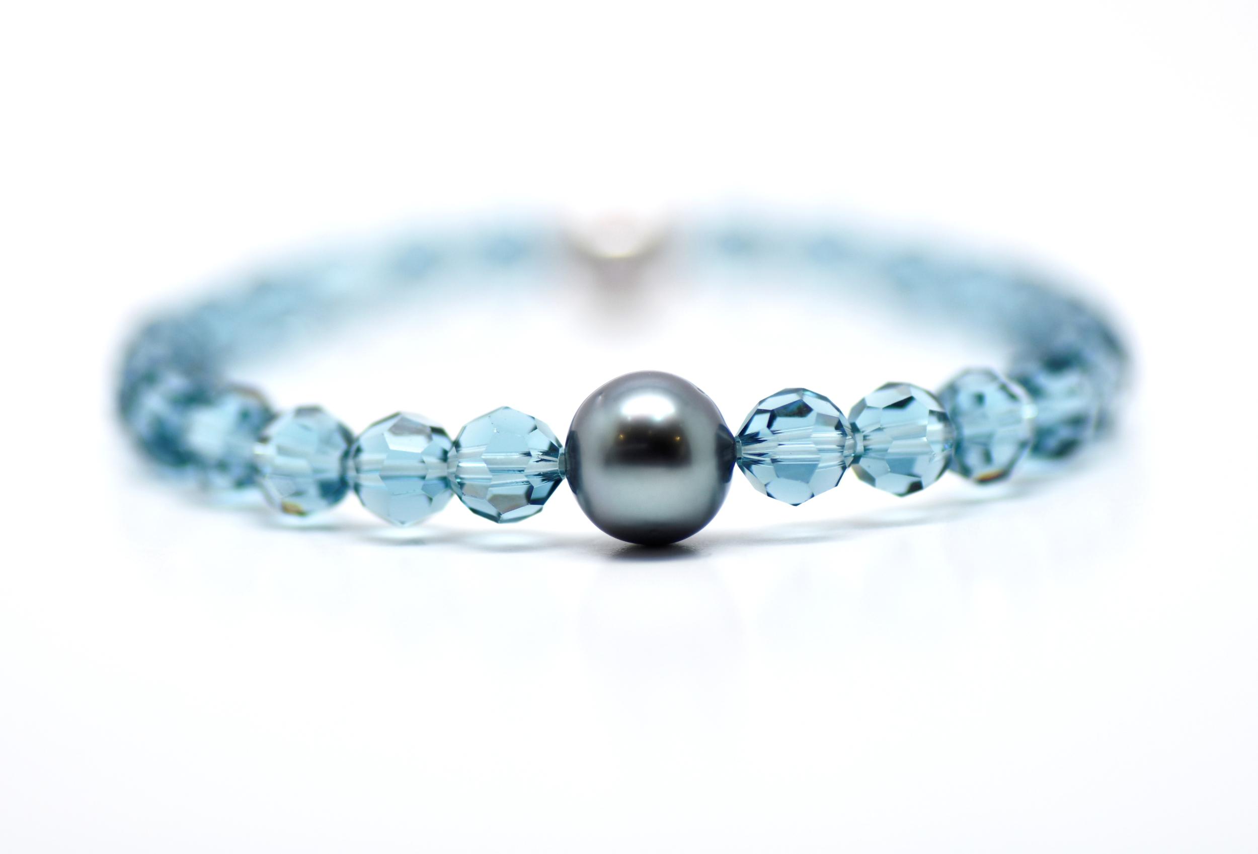 Manhattan indian blue 6 mm swarovski beads and 1 Tahiti pearl bracelet