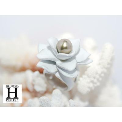 Sortija Magnolia de plata lacada blanca y su perla de Tahití de color pistacho dorada de Tahití