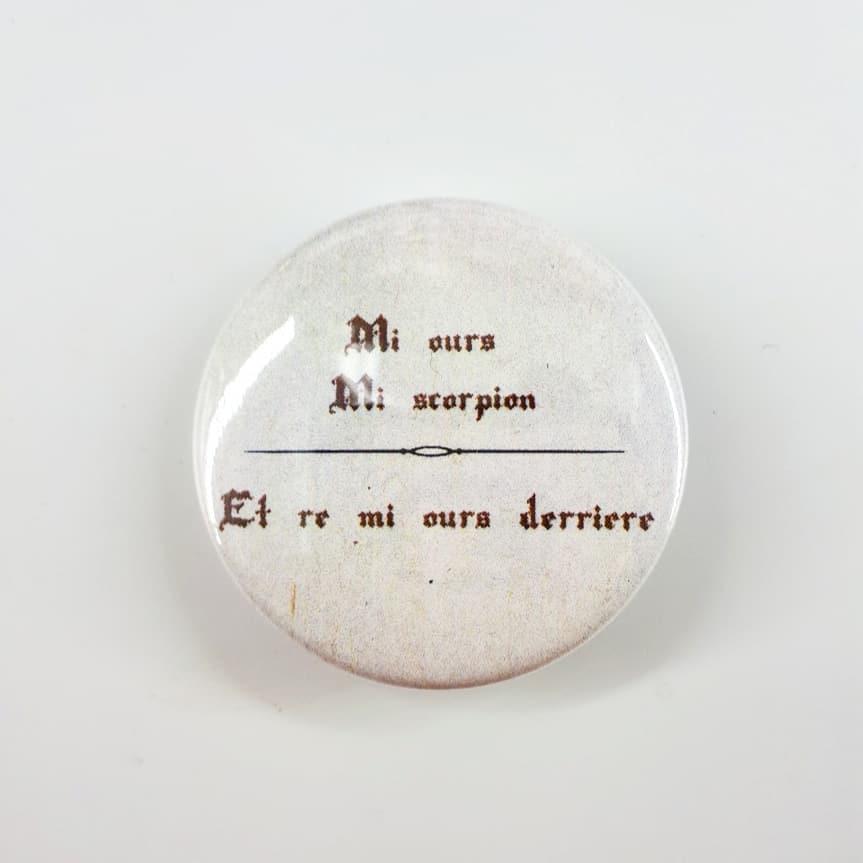 Badge : Mi-Ours, Mi-Scorpion