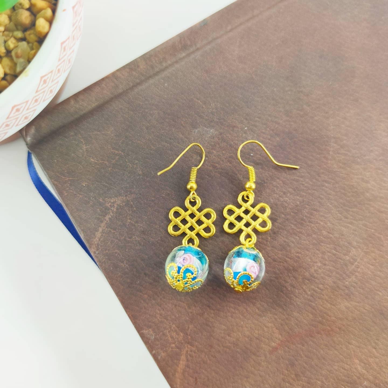 Boucles d\'oreilles : Bleue et dorée (perle en verre)