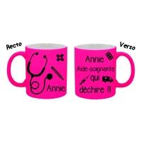 Mug (tasse) Fluo Aide-soignante qui déchire personnalisé avec prénom