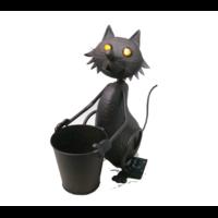 Chat métal tenant un seau, yeux lumineux