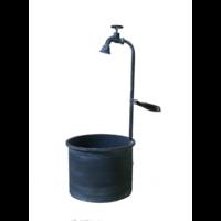 Bac carré métal surmonté d'un robinet