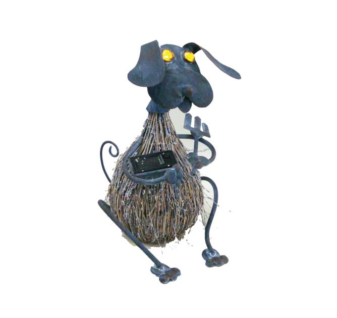 375-chien-metal-et-brindille-yeux-lumineux-solaire