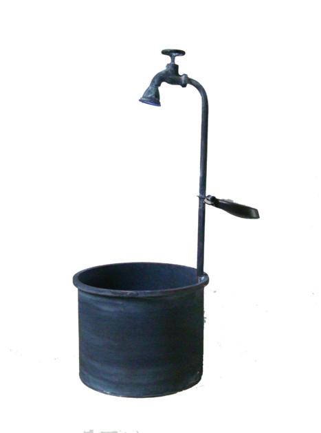 381-bac-carre-metal-surmonte-d-un-robinet