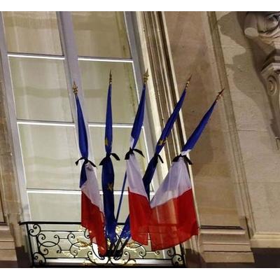 des-drapeaux-francais-et-europeens-sont-noues-avec-un-ruban-noir-au-balcon-de-l-elysee-jeudi-matin-en-signe-de-deuil-national-au-lendemain-de-l-attentat-contre-charlie-hebdo_5183395