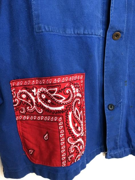veste bleu de travail bandana rouge détail