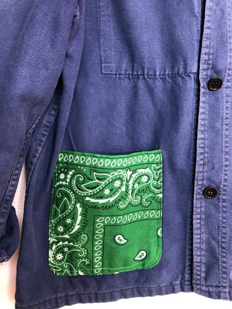 veste bleu de travail bandana vert détail