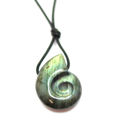 Pendentif-labredorite-en-forme-d'ammonite-avec-cordon