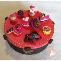 Boîte à biscuits ou chocolats fuchsia et chocolat - au coeur des arts