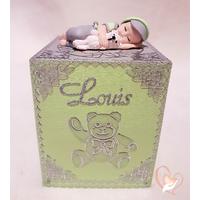 Tirelire bébé garçon gris et vert avec son ours- au coeur des arts