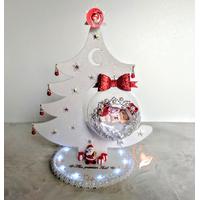 Centre de table sapin lumineux et son bébé fille dans sa bulle - au cœur des arts