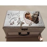Boîte à musique grise et blanche bébé fille
