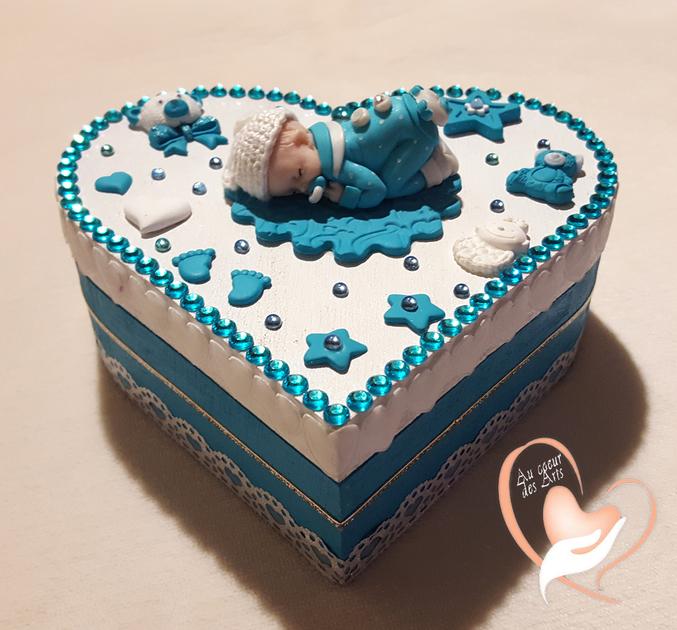 bo te de naissance b b gar on turquoise et blanche au coeur des arts cadeaux de naissance. Black Bedroom Furniture Sets. Home Design Ideas