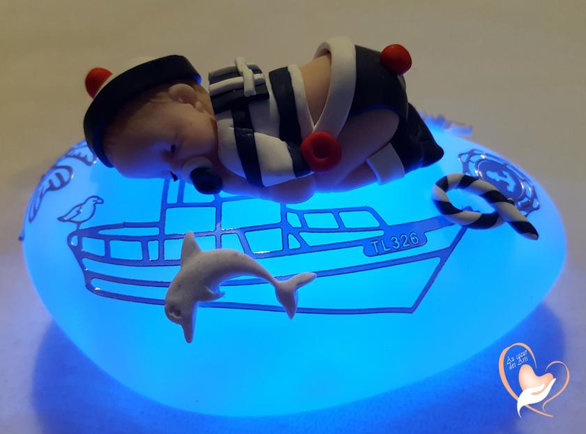 veilleuse galet lumineux b b gar on marin bleu et blanc au coeur des arts cadeaux de. Black Bedroom Furniture Sets. Home Design Ideas