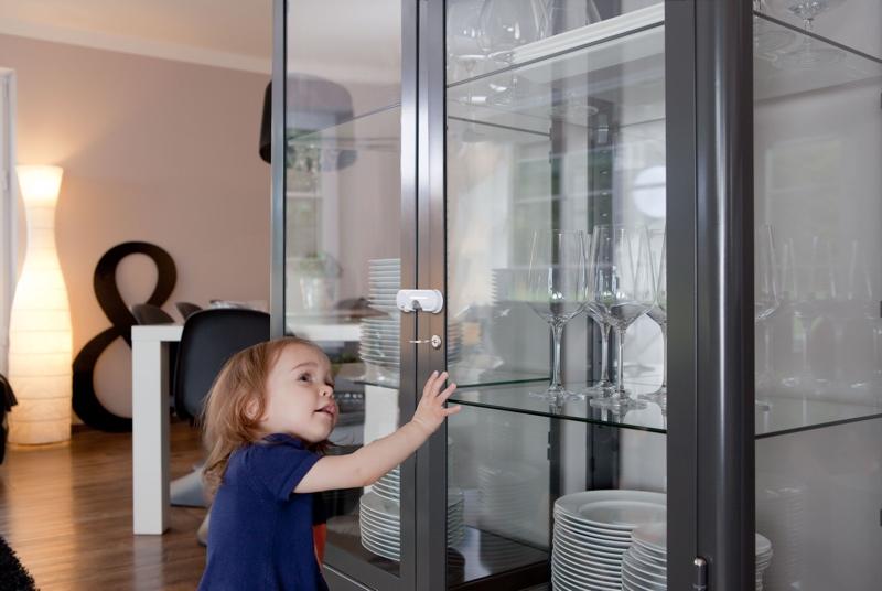 verrou s curit enfant pour porte en verre contr le acc s placard. Black Bedroom Furniture Sets. Home Design Ideas