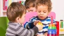 enfants  jouant à la crèche