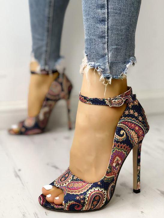 Sandales à talons avec bride et à imprimé ethnique