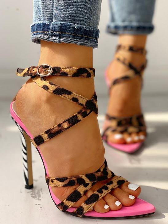 Chaussures à fines brides croisées à imprimé léopard