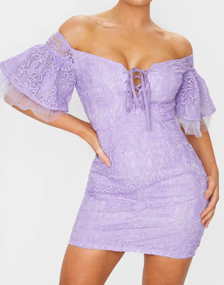 Robe brodée lilas à manches volantées et lacets