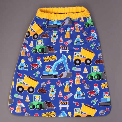 2591-serviette-de-table-enfants-cou-elastique-men-at-work-et-sa-pochette-assortie-lilooka