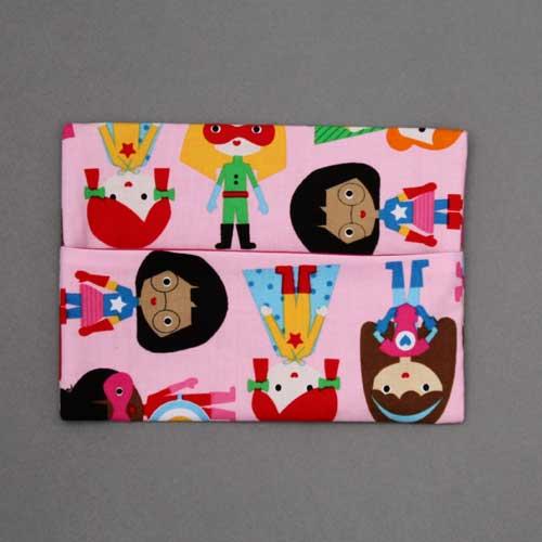 1427-serviette-de-table-enfants-cou-elastique-super-heroines-et-sa-pochette-assortie-lilooka