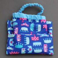 Serviette de table enfants cou élastiqué Couronnes bleue et sa pochette assortie - Lilooka