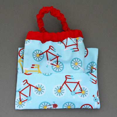 Serviette de table enfants cou élastiqué Vélos et sa pochette assortie Lilooka
