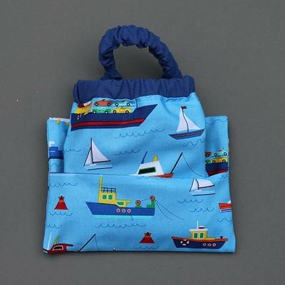 Serviette de table enfant cou élastique et sa pochette assortie Les bateaux